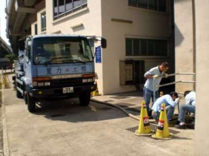 正清理化糞池中 Cleaning up Septic Tank